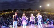 Banda Desejo de Menina no estádio municipal em Valença do Piauí