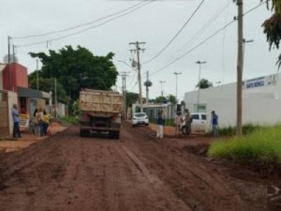 Com sobras do tapa-buracos, prefeitura restaura rua que dá acesso à UPA